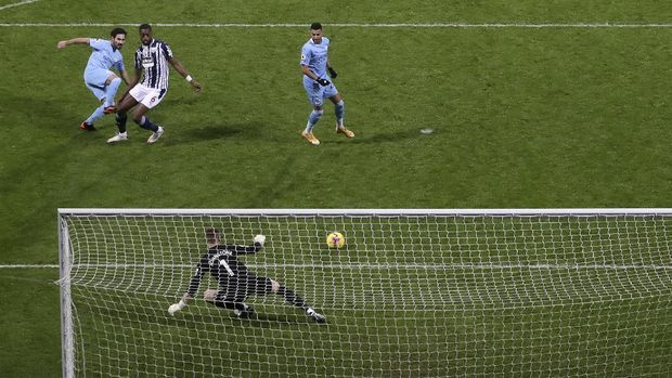 Manchester City's Ilkay Gundogan, left, scores his side's second goal during the English Premier League soccer match between West Bromwich Albion and Manchester City at the Hawthorns stadium in West Bromwich, England, Tuesday, Jan. 26, 2021. (Nick Potts/Pool via AP)