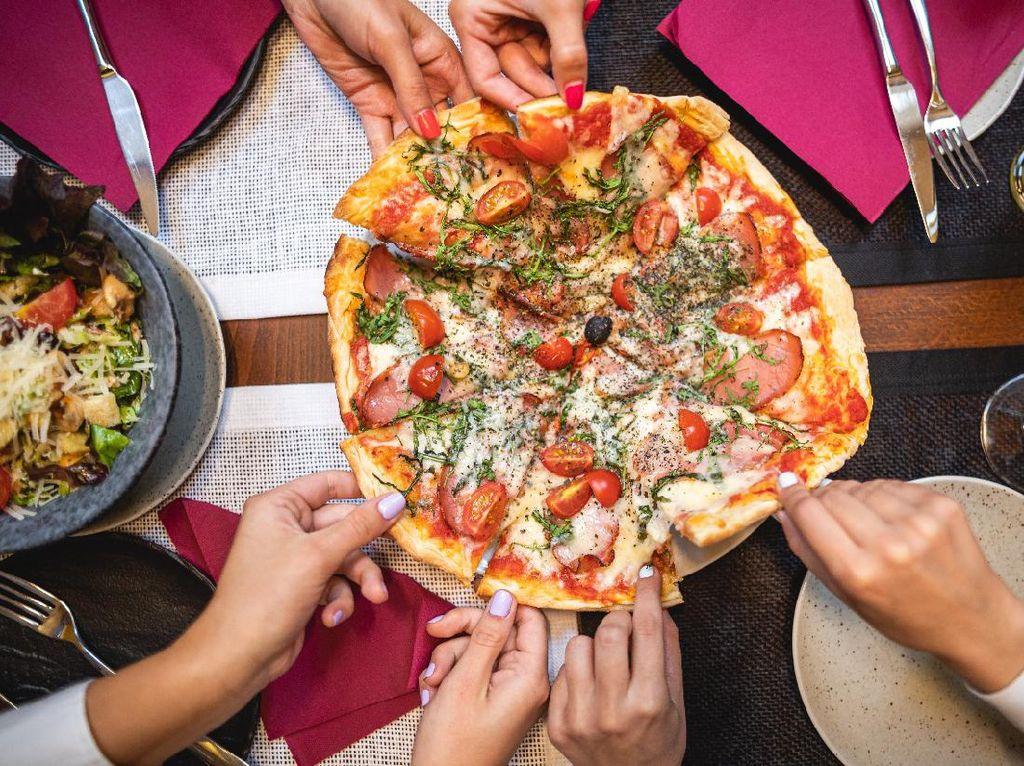 4 Etika Makan Pizza, Simak Cara Makan Pizza yang Sopan