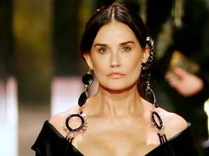 Demi Moore Buka Suara Setelah Viral Saat Jadi Model Fashion Show Fendi