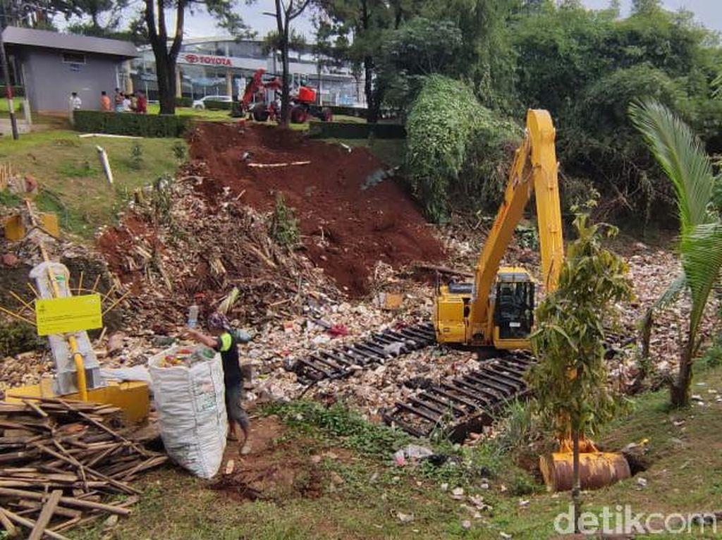 Dua Ekskavator Mulai Bersihkan Kali Sampah di Kota Depok