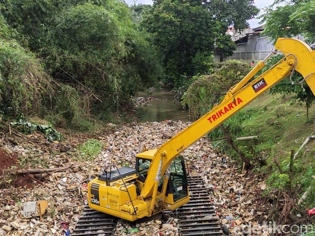 Depok Kerahkan Ekskavator Bersihkan Kali Sampah, Target: Sepekan Kelar