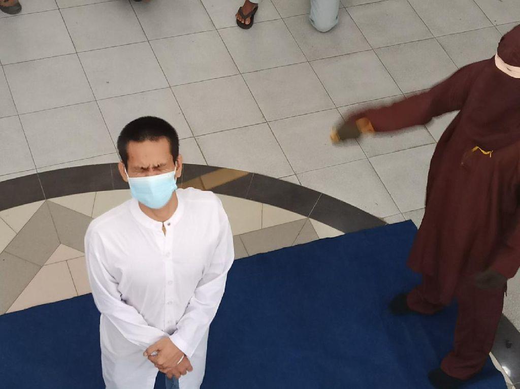 Pasangan Gay di Aceh Dicambuk 77 Kali di Muka Umum
