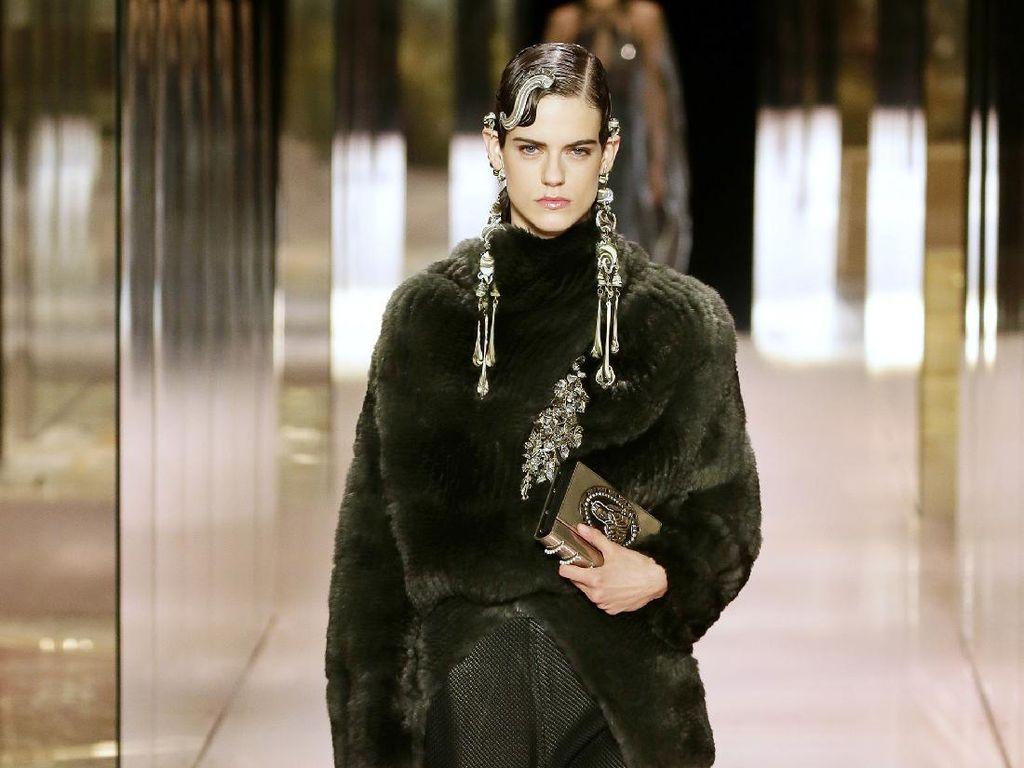 10 Koleksi Busana Fendi Couture Spring/Summer 2021, Demi Moore Curi Atensi