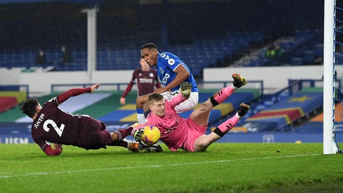 LIVERPOOL, ENGLAND - JANUARY 27: Jordan Pickford of Everton claims the ball ahead of James Justin of Leicester City and Yerry Mina of Everton during the Premier League match between Everton and Leicester City at Goodison Park on January 27, 2021 in Liverpool, England. Sporting stadiums around the UK remain under strict restrictions due to the Coronavirus Pandemic as Government social distancing laws prohibit fans inside venues resulting in games being played behind closed doors. (Photo by Michael Regan/Getty Images)