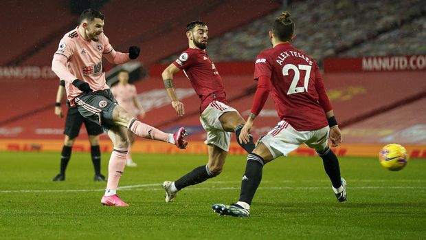 MANCHESTER, ENGLAND - JANUARY 27: Oliver Burke of Sheffield United scores their sides second goal  during the Premier League match between Manchester United and Sheffield United at Old Trafford on January 27, 2021 in Manchester, England. Sporting stadiums around the UK remain under strict restrictions due to the Coronavirus Pandemic as Government social distancing laws prohibit fans inside venues resulting in games being played behind closed doors. (Photo by Tim Keeton -