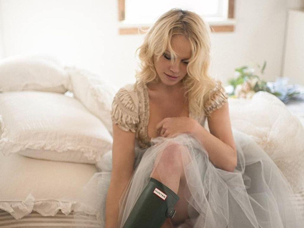 7 Gaya Seksi Pamela Anderson saat Menikah Ke-4 Kali, Dituding Jadi Pelakor