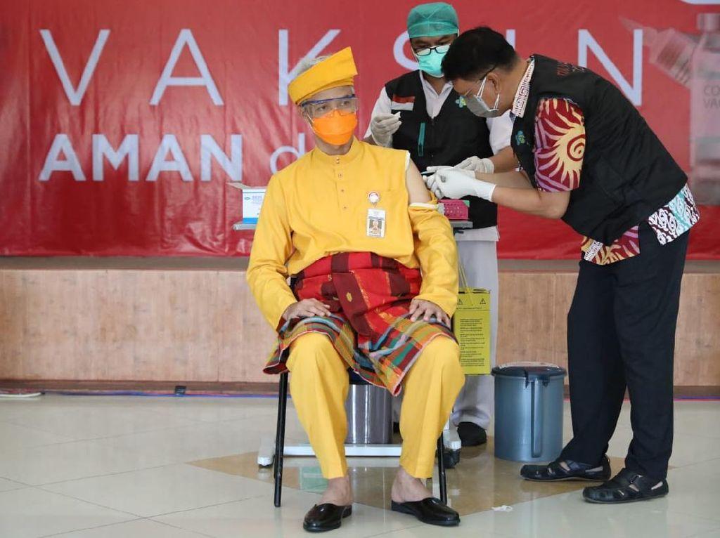 Divaksin Kedua, Ganjar Pranowo: Kami Harap Vaksinasi di Jateng Lancar