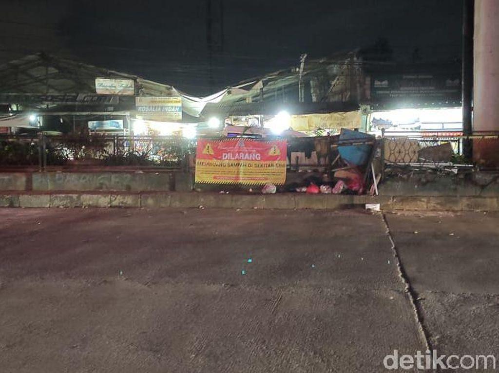 Masih Saja Sampah-sampah Dibuang di Tengah Jalanan Ciputat Ini