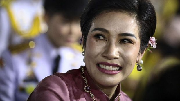 Royal noble consort Sineenat Bilaskalayani, also known as Sineenat Wongvajirapakdi, smiles as Thailand's King Maha Vajiralongkorn and Queen Suthida greet royalist supporters outside the Grand Palace in Bangkok on November 1, 2020 after a religious ceremony at a Buddhist temple inside the palace. (Photo by Jack TAYLOR / AFP)