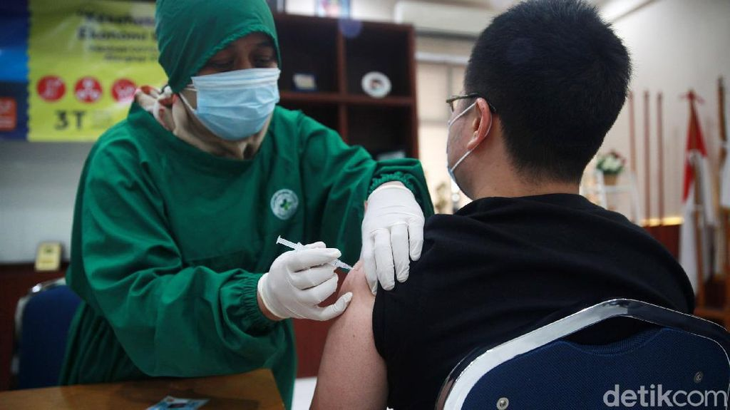 Tenaga Kesehatan Mulai Vaksinasi COVID-19 Tahap Kedua