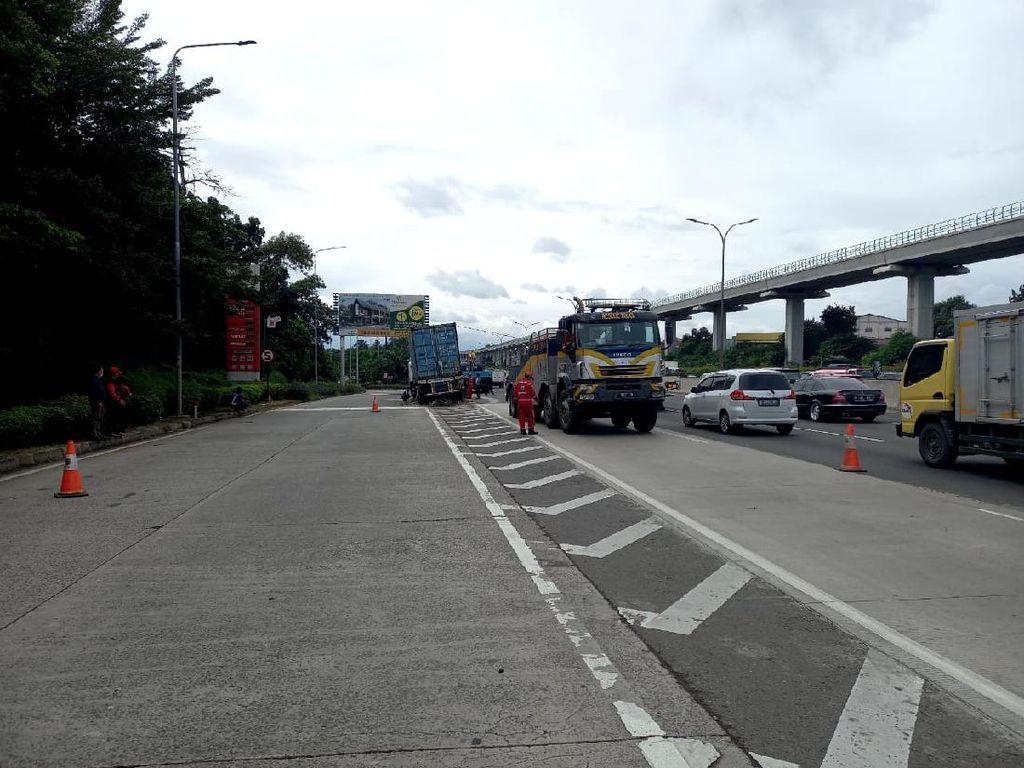Truk Trailer Tabrak Pembatas di Km 10 Jagorawi, Lalin ke Bogor Padat