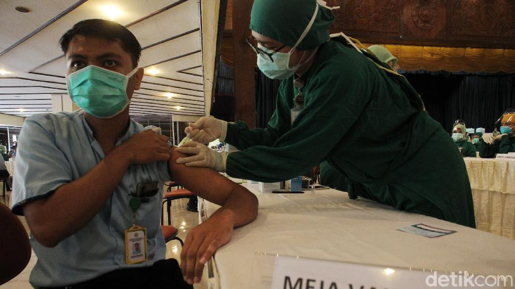 Vaksinasi Massal Tenaga Kesehatan di Yogyakarta