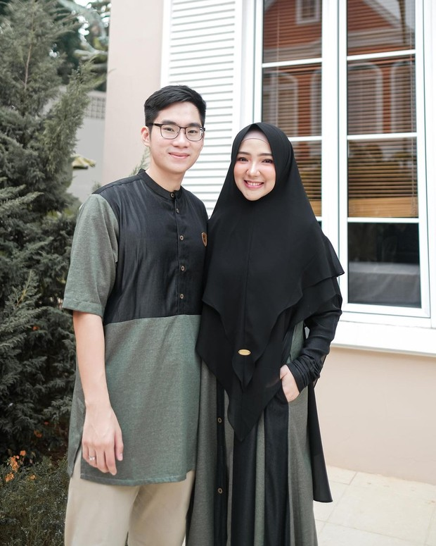 Ayu Indriati pakai gamis couple warna hitam abu-abu/instagram.com/ayuindriati
