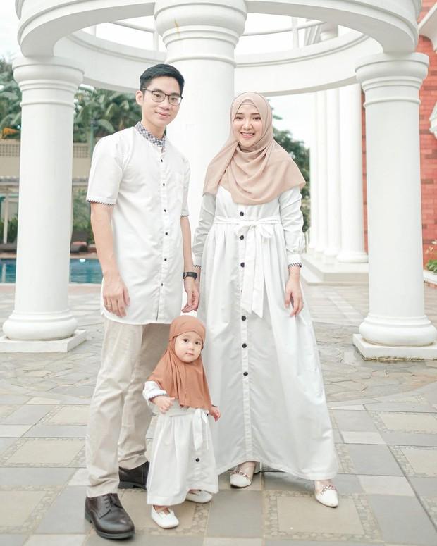 Ayu Indriati dan keluarga memakai gamis couple warna putih/instagram.com/ayuindriati