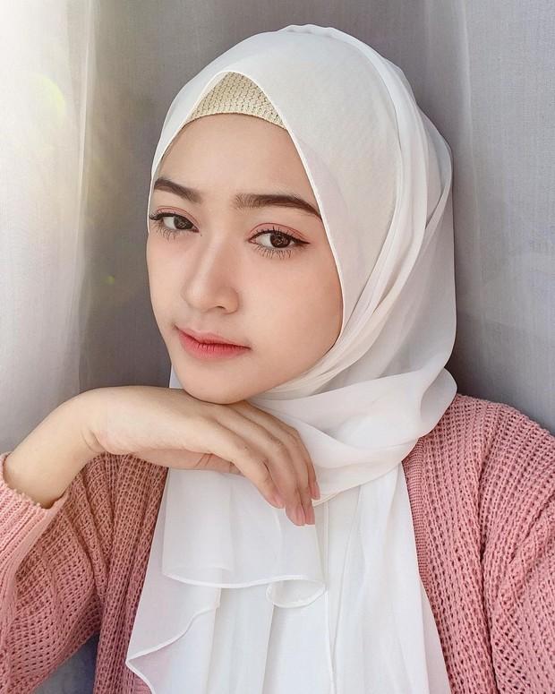 Tips pakai hijab pashmina putih