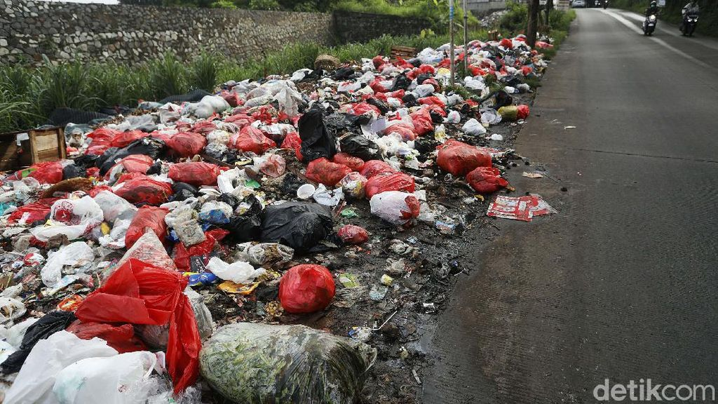 Jorok! Sampah Berbau Busuk Menumpuk di Pinggir Tol JORR Jati Warna