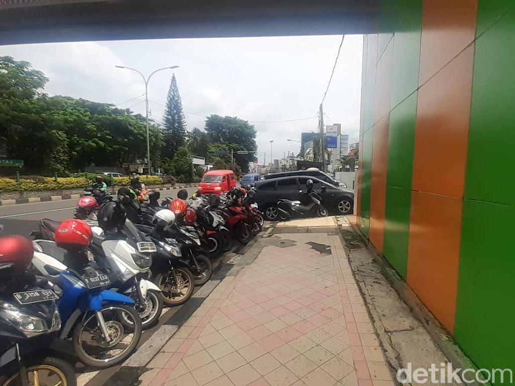 JPO Depan Kantor Walkot Depok Terhalang Parkir, Warga Harapkan Penertiban