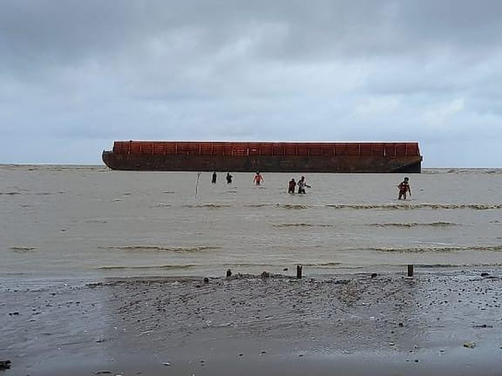 Cuaca Buruk, Kapal Tongkang Terdampar di Pantai Lorgunung Jepara