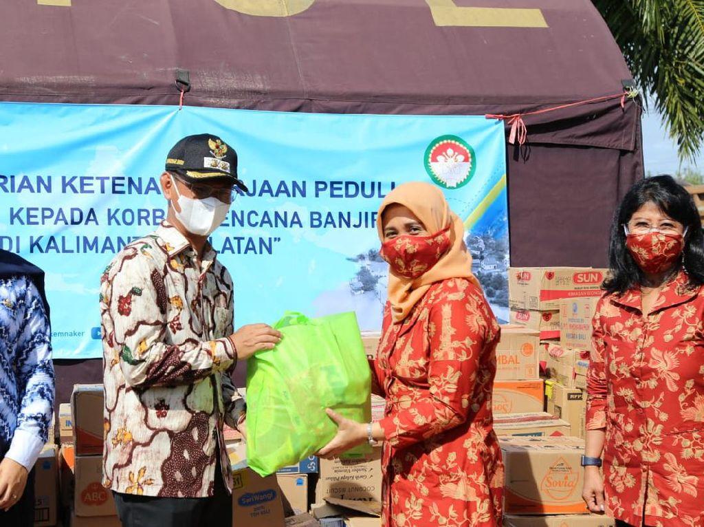 Dharma Wanita Kemnaker Sumbang Rp 200 Juta untuk Korban Banjir Kalsel