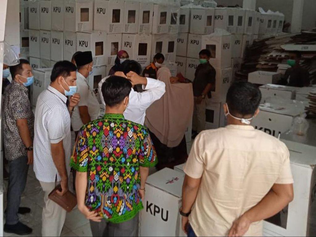 KPU Inhu Buka Kotak Suara untuk Bukti di Sidang MK, Bawaslu Tak Hadir