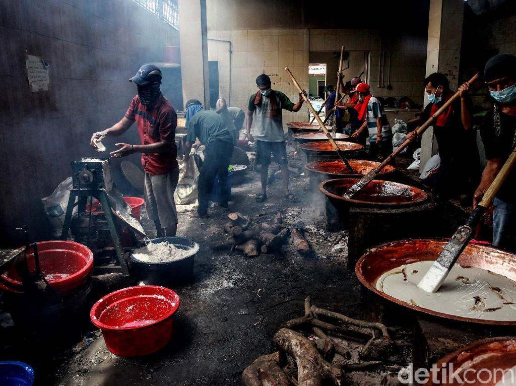 Melihat Kesibukan Pembuat Kue Keranjang dan Dodol Jelang Imlek