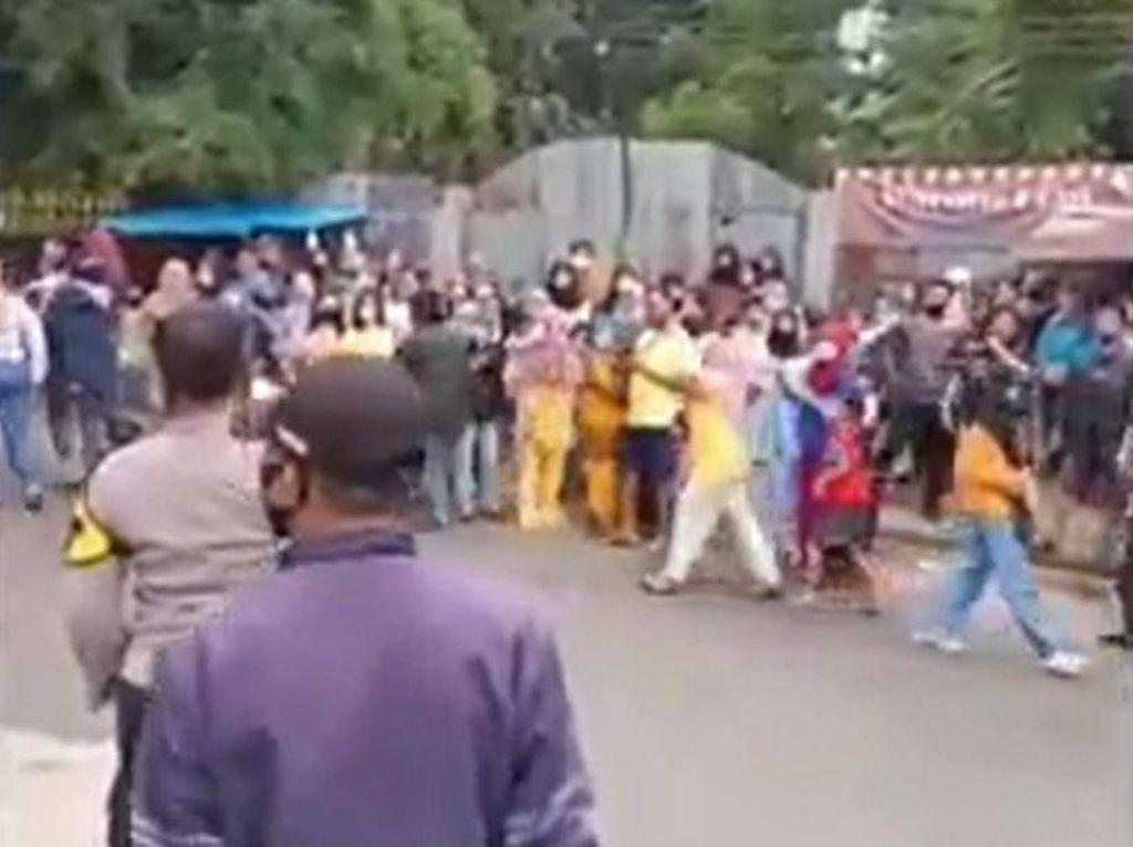 Saat Polisi Bubarkan Kerumunan Warga di Lokasi Syuting Sinetron