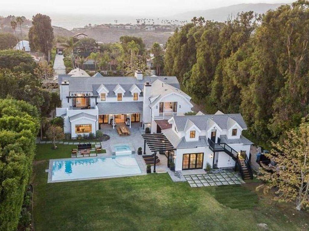 Mantap Tinggal Bareng, Ini Rumah Baru Chris Martin dan Dakota Johnson