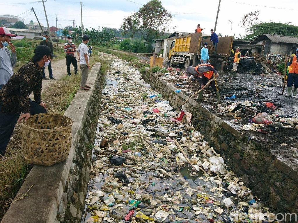 Duh! Sampah Menumpuk di Saluran Air Pasar Kranggot Cilegon