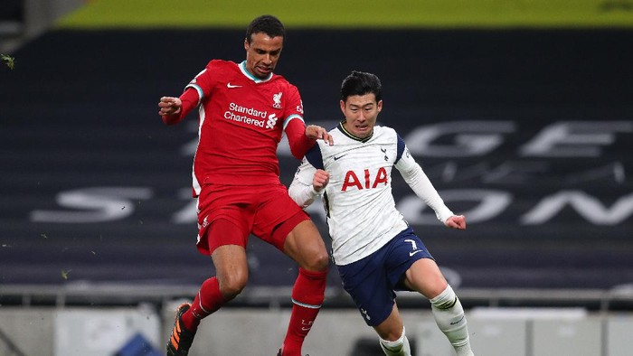 LONDON, ENGLAND - JANUARY 28: Joel Matip of Liverpool battles for possession with Son Heung-Min of Tottenham Hotspur during the Premier League match between Tottenham Hotspur and Liverpool at Tottenham Hotspur Stadium on January 28, 2021 in London, England. Sporting stadiums around the UK remain under strict restrictions due to the Coronavirus Pandemic as Government social distancing laws prohibit fans inside venues resulting in games being played behind closed doors. (Photo by Catherine Ivill/Getty Images)