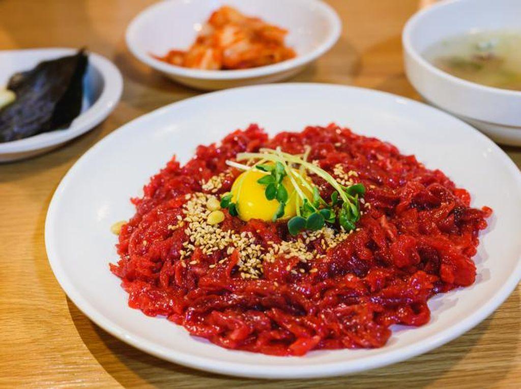 4 Fakta Yukhoe, Olahan Daging Sapi Mentah Khas Korea