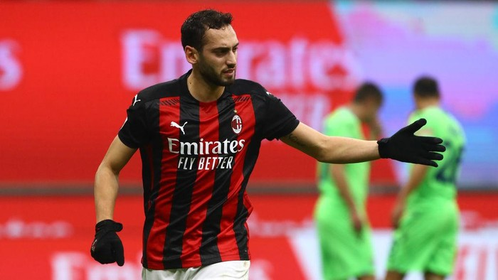MILAN, ITALY - DECEMBER 23:  Hakan Calhanoglu of AC Milan celebrates his goal during the Serie A match between AC Milan and SS Lazio at Stadio Giuseppe Meazza on December 23, 2020 in Milan, Italy.  (Photo by Marco Luzzani/Getty Images)