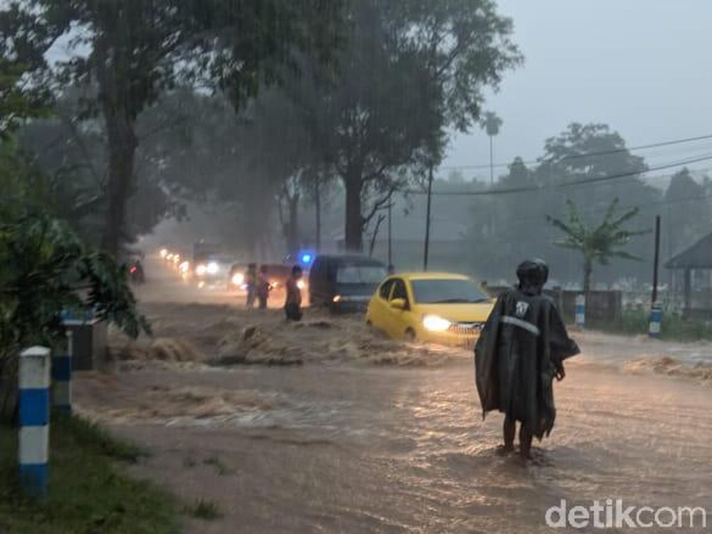 Jember Sempat Dikepung Banjir, Kini Surut-Warga Bersih-bersih Rumah