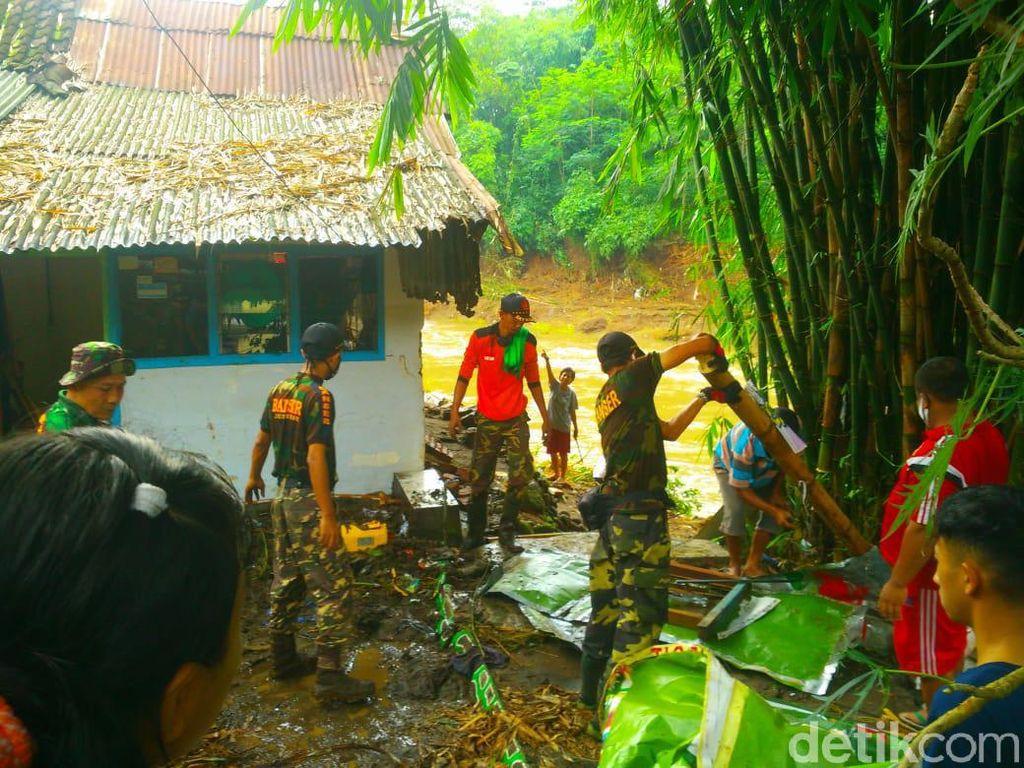 Banjir di Jember Surut, Warga Mulai Bersih-bersih Rumah