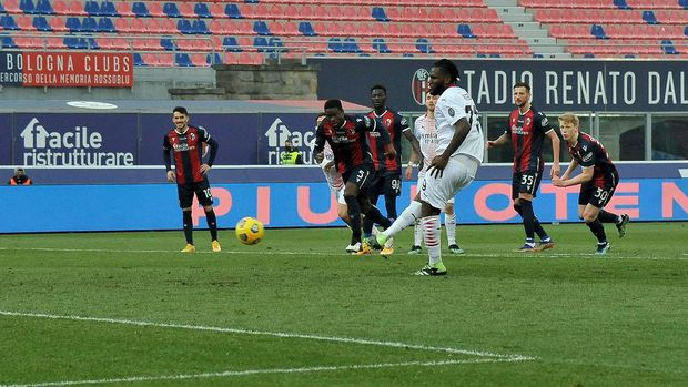BOLOGNA, ITALY - JANUARY 30: Franck Kessié of AC Milan scores his team's second goal from the penalty spot during the Serie A match between Bologna FC  and AC Milan at Stadio Renato Dall'Ara on January 30, 2021 in Bologna, Italy. (Photo by Mario Carlini / Iguana Press/Getty Images)