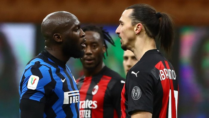 MILAN, ITALY - JANUARY 26:  Zlatan Ibrahimovic (R) of AC Milan disputes with Romelu Lukaku (L) of FC Internazionale during the Coppa Italia match between FC Internazionale and AC Milan at Stadio Giuseppe Meazza on January 26, 2021 in Milan, Italy. Sporting stadiums around Italy remain under strict restrictions due to the Coronavirus Pandemic as Government social distancing laws prohibit fans inside venues resulting in games being played behind closed doors.  (Photo by Marco Luzzani/Getty Images)