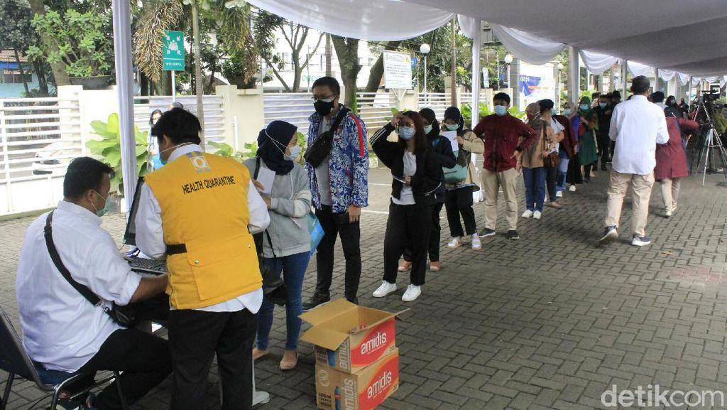 Momen Ribuan Nakes Ikuti Vaksinasi COVID-19 di Jabar