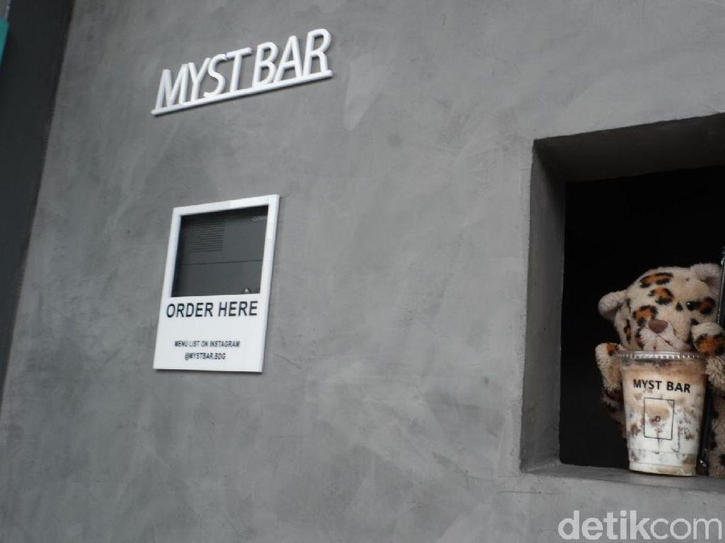 Bar Misterius di Bandung Ini Layani Pembeli Lewat Lubang Tanpa Tatap Muka