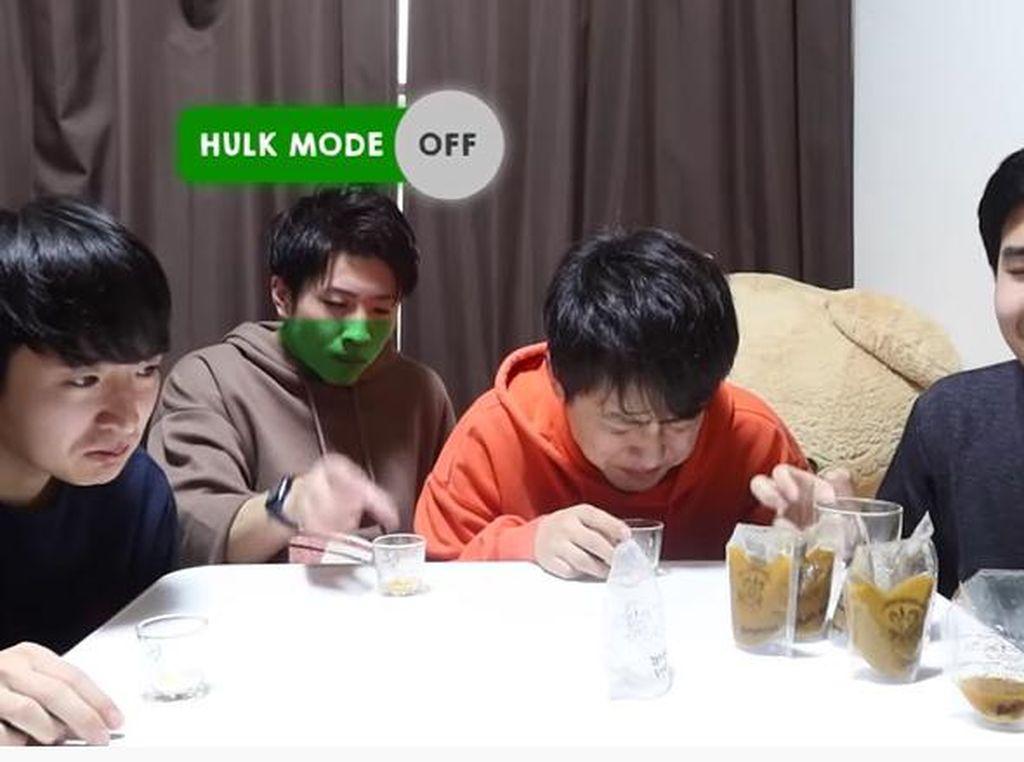 Kocak! Begini Reaksi Orang Jepang Saat Minum Jamu Pertama Kali