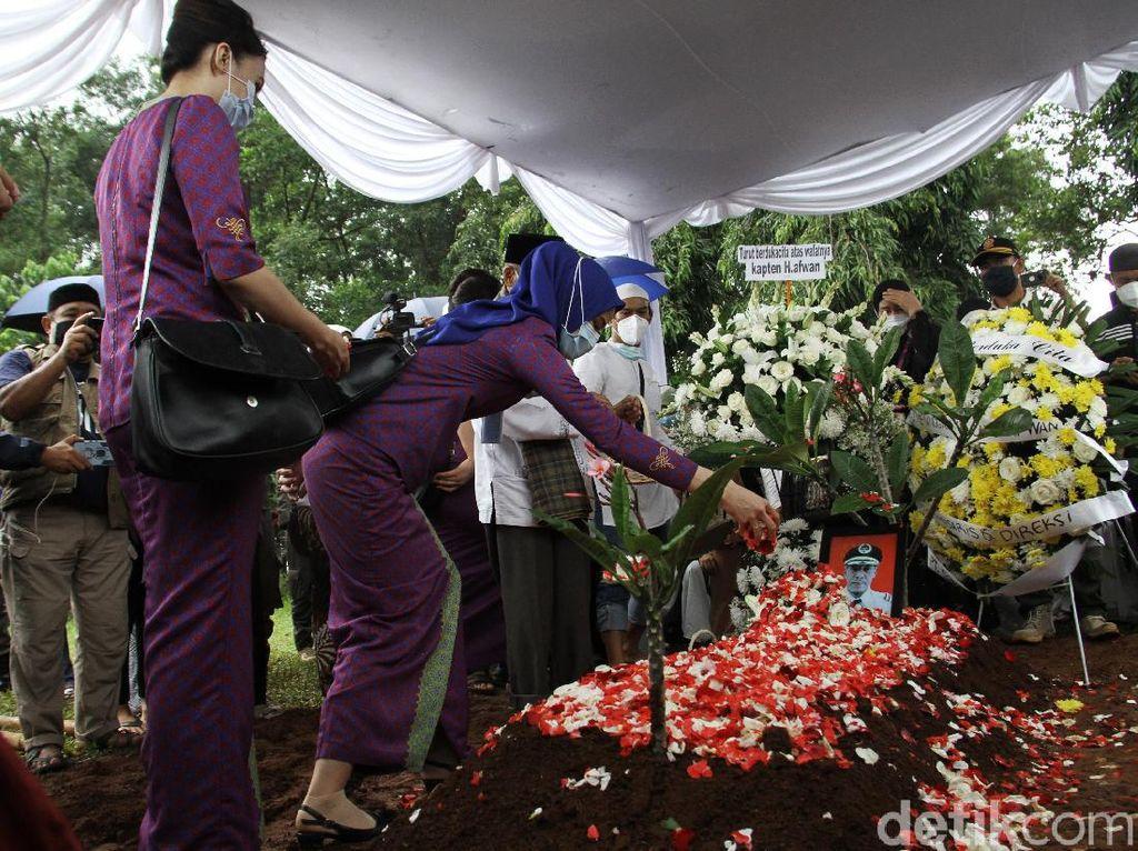 Prosesi Pemakaman Jenazah Kapten Afwan di TPU Pondok Rajeg