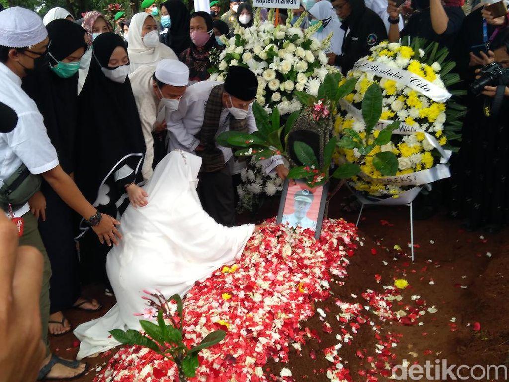 Isak Tangis Iringi Pemakaman Pilot SJ182 Kapten Afwan di TPU Pondok Rajeg