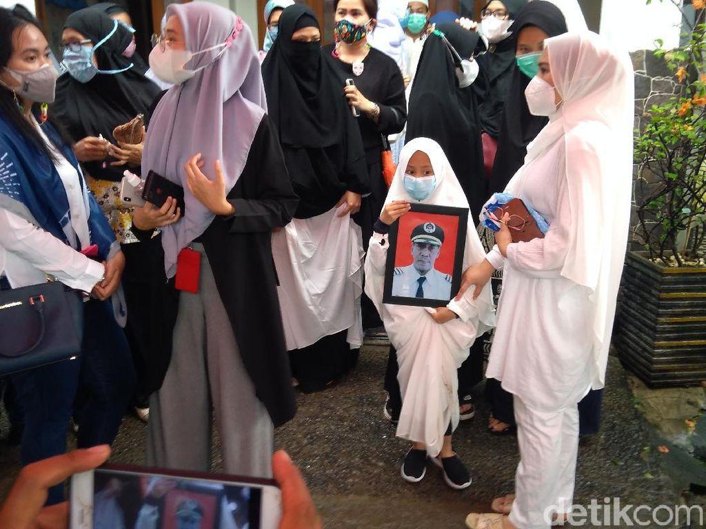 Putri Kapten Afwan Pilot Sriwijaya SJ182 Mengira Ayahnya Masih Terbang