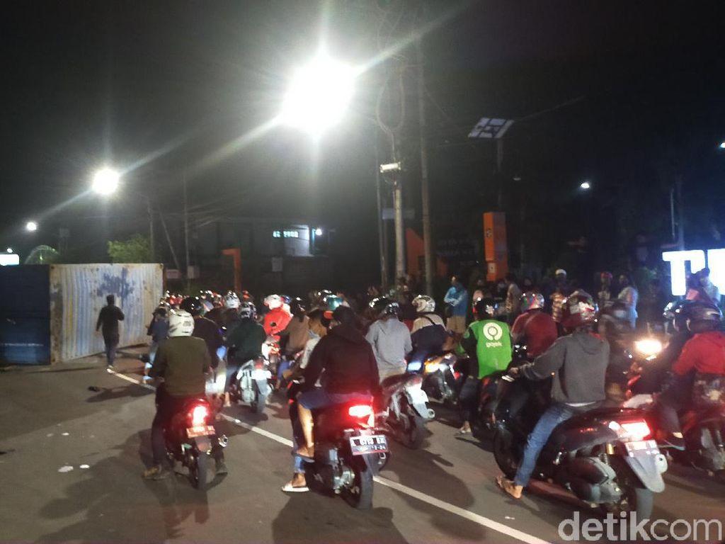 Truk Bermuatan Keramik Terguling, Jalan Mastrip Surabaya Dibuka Tutup