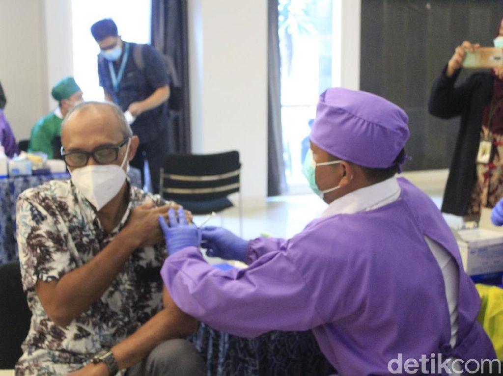 Lebih dari 400.000 Orang di RI Sudah Disuntik Vaksin COVID-19