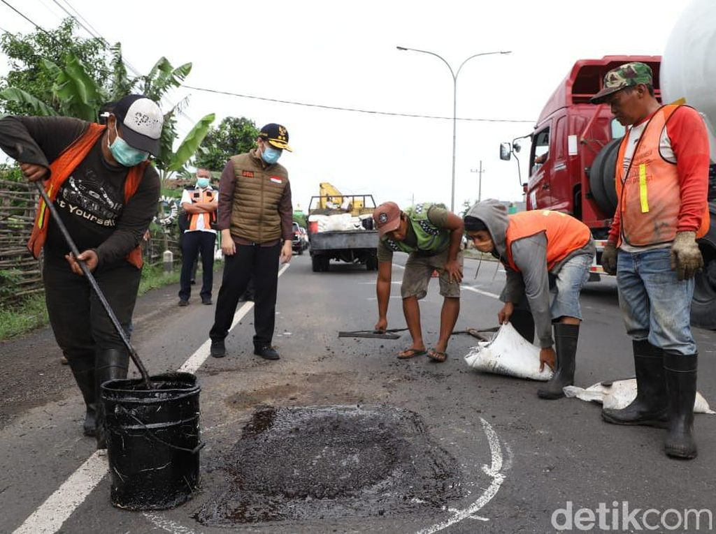 Wagub Emil Gercep Tanggapi Jalan Rusak yang Ditanami Pohon Pisang di Jombang