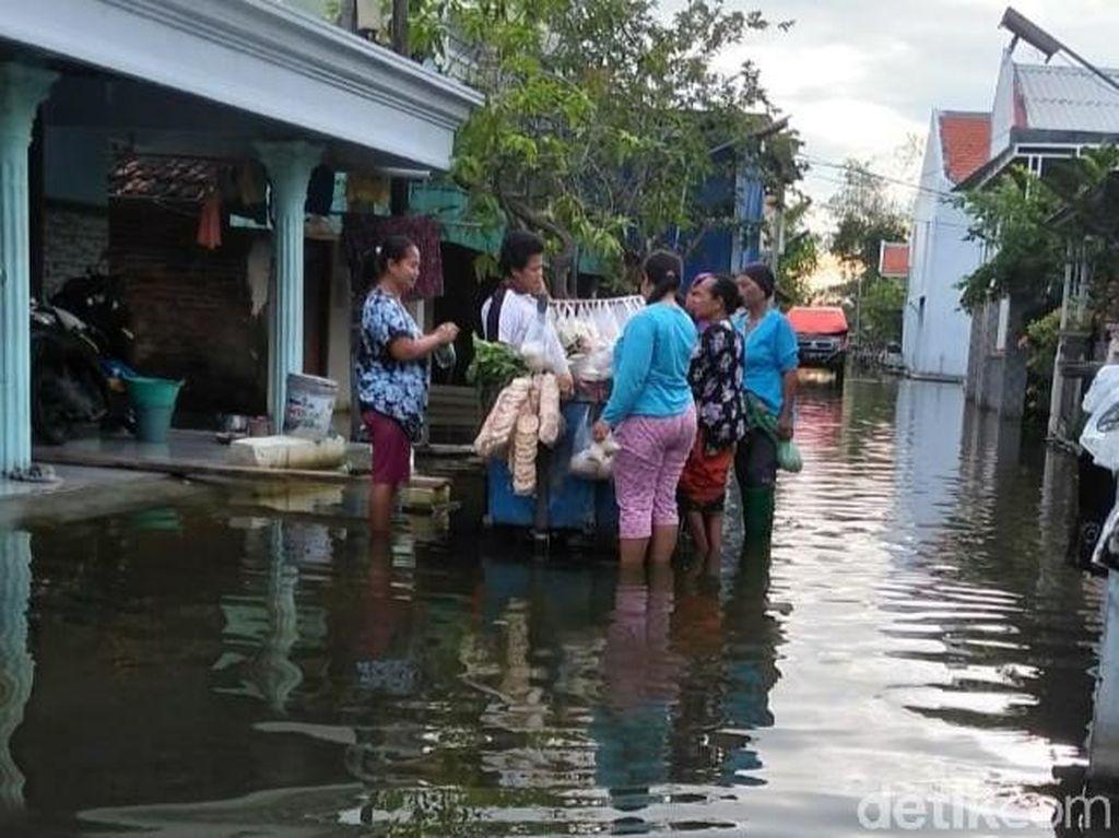 Hampir Sebulan, Warga di Lamongan Ini Hidup Dikelilingi Banjir