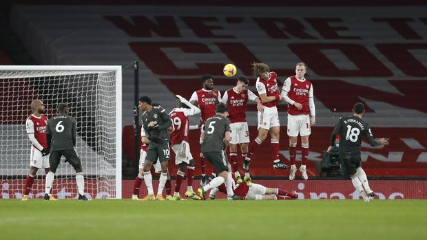 Soccer Football - Premier League - Arsenal v Manchester United - Emirates Stadium, London, Britain - January 30, 2021 Manchester United's Bruno Fernandes shoots at goal from a free kick Pool via REUTERS/Alastair Grant EDITORIAL USE ONLY. No use with unauthorized audio, video, data, fixture lists, club/league logos or 'live' services. Online in-match use limited to 75 images, no video emulation. No use in betting, games or single club /league/player publications.  Please contact your account representative for further details.