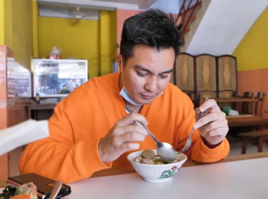 Baim Wong Cicip Bakso Tak Enak hingga Tips Hemat Makan di Angkringan