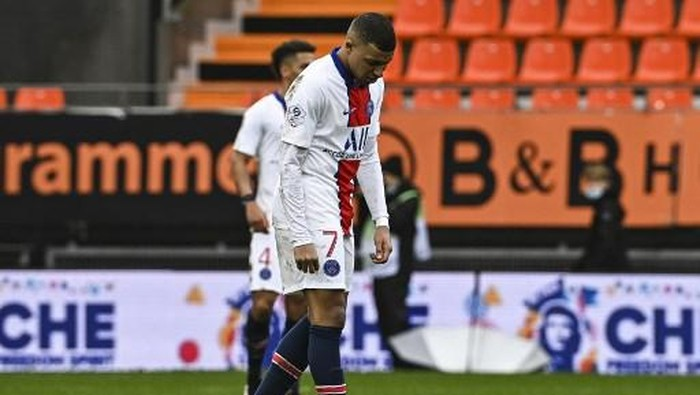 Paris Saint-Germains French forward Kylian Mbappe reacts at the end of the French L1 football match between FC Lorient and Paris Saint-Germain at the Stade Yves-Allainmat stadium, in Lorient, western France, on January 31, 2021. (Photo by DAMIEN MEYER / AFP)