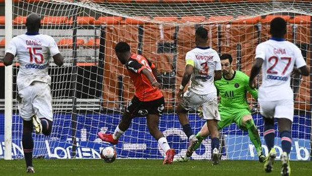 Lorient's Nigerian forward Terem Moffi (C) shoots and scores a goal with during the French L1 football match between FC Lorient and Paris Saint-Germain at the Stade Yves-Allainmat stadium, in Lorient, western France, on January 31, 2021. (Photo by DAMIEN MEYER / AFP)