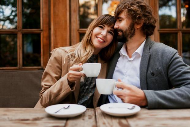 Biasanya pasangan akan lebih sibuk dengan handphone masing-masing.